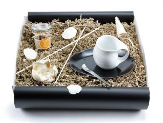 """Geschenkbox """"Heisse Liebe"""" Landtee - Be Happy (Luigi Colani Designer Kaffeebecher zweifarbig + Landtee *Be Happy*) von ideas in boxes"""