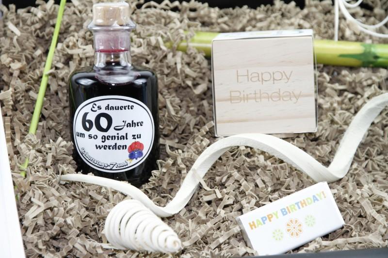 """Geburtstagsbox """"60´ Jahre um genial zu werden"""" (Apotheker Weinflasche  60´+ Flowercube *Bambus* + Flatyz die flache Motivkerze + Mini-Schoko) von ideas in boxes"""