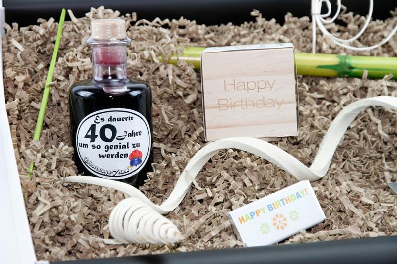 """Geburtstagsbox """"40´ Jahre um genial zu werden"""" (Apotheker Weinflasche  60´+ Flowercube *Bambus* + Flatyz die flache Motivkerze + Mini-Schoko) von ideas in boxes"""