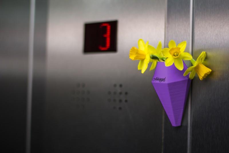 LOM – Minivase mit Saugnapf lila