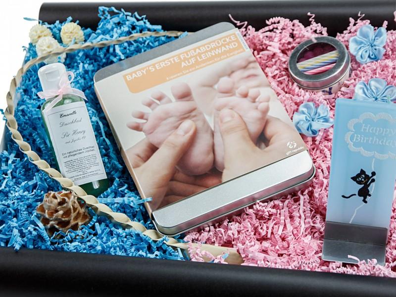 Babybox 182 (Baby's Fußabdrücke auf Leinwand + Flatyz die flache Mehrdocht-Motivkerze + Duschbad + Wachstorte *HAPPY BIRTHDAY*) von ideas in boxes