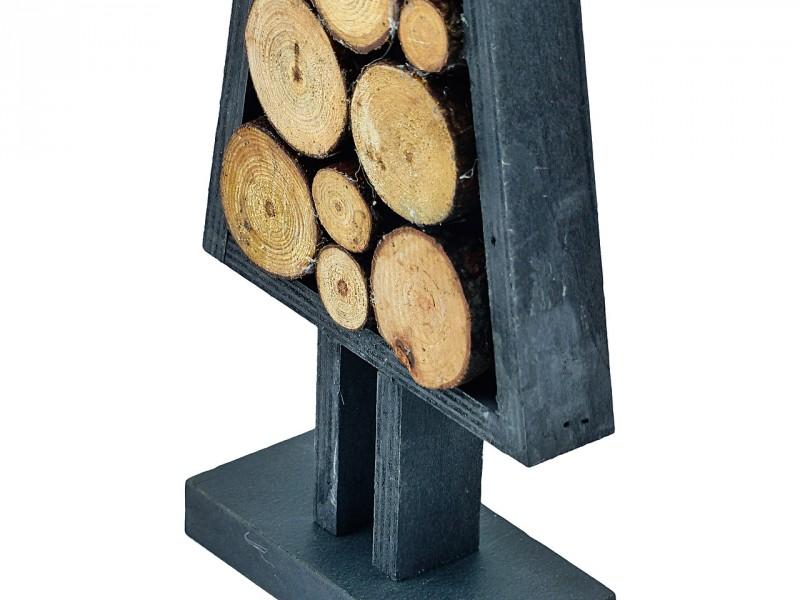 Tannenbaum gefüllt mit Holzstücken